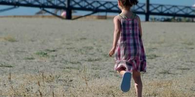 Le ponton de Port Leucate, enfant qui court
